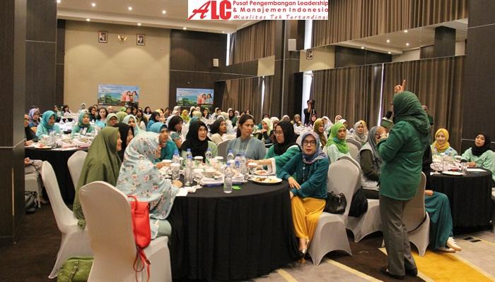 motivator-wanita-ainy-fauziyah-memberdayakan-500-tukang-cat-wanita